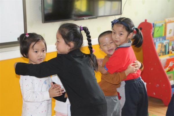 大班幼儿以班级为单位来到小班的活动室,他们大方地向弟弟妹妹问好