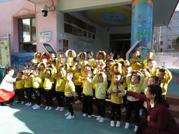 可爱的孩子们以红歌大合唱,二重唱,表演唱等形式,唱出了对祖国的深情