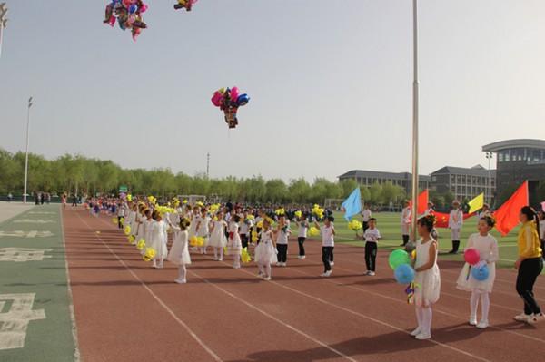 《运动员进行曲》,小运动员们排着整齐的队伍,雄赳赳,气昂昂地入场.