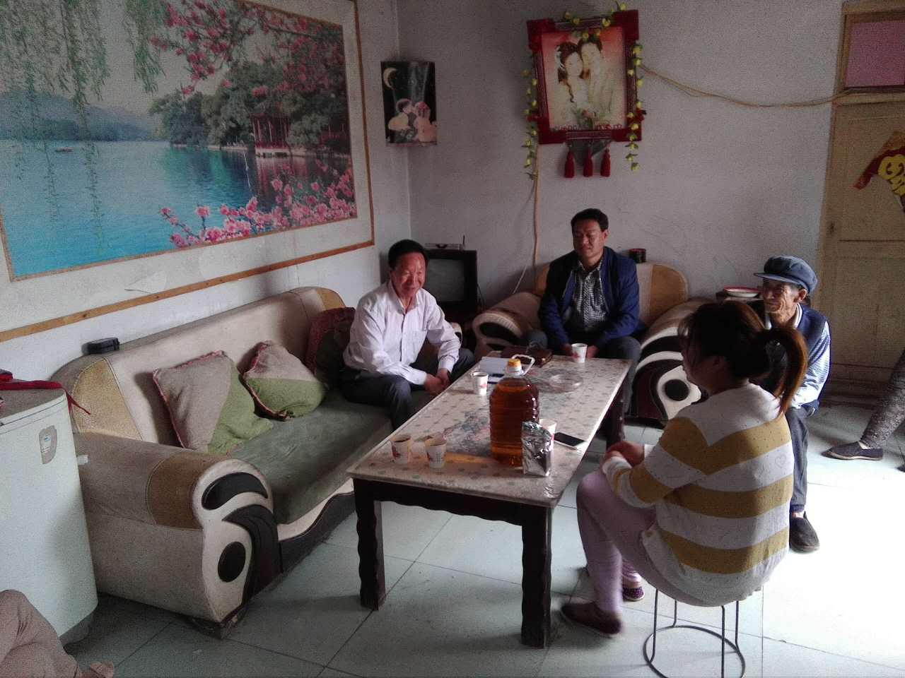 办公室主任黄杰和副主任张兰一行对甘浚镇祁连村精准扶贫户师正斌家