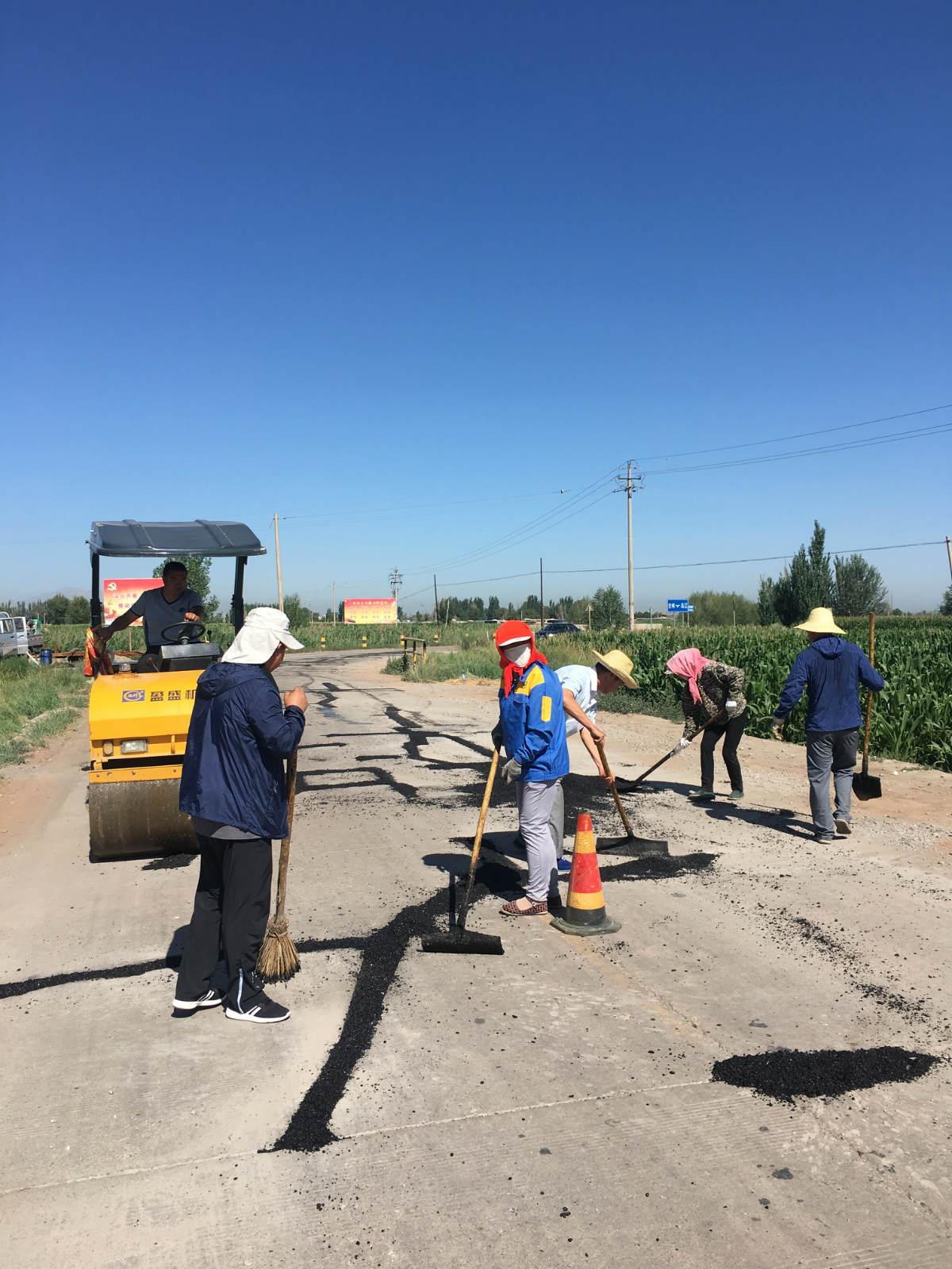 甘州区交通运输局积极开展农村公路路面预防性养护工作