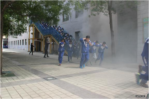 甘州区青西中学开展地震应急演练观摩活动
