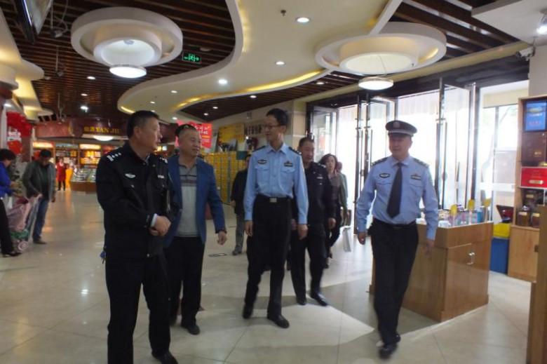 李海龙局长带队深入南街派出所辖区进行节前安全检查