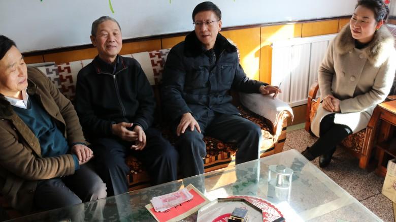 甘州区档案局和区直机关工委春节前走访慰问退休困难党员