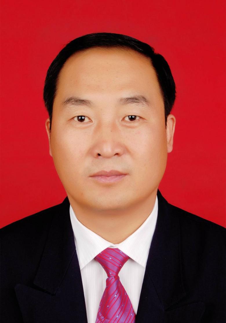 镇党委书记  吴东德