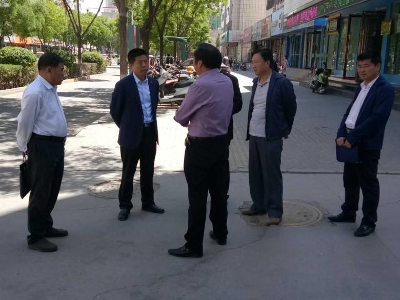 区长王韶华来甘州区粮食局就危旧房改造进行调研