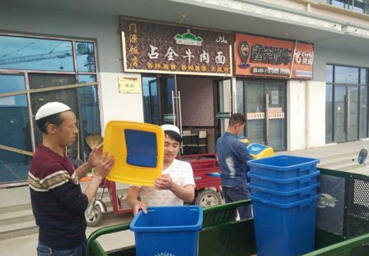 甘州区食药局配发垃圾桶重拳整治辖区环保难题