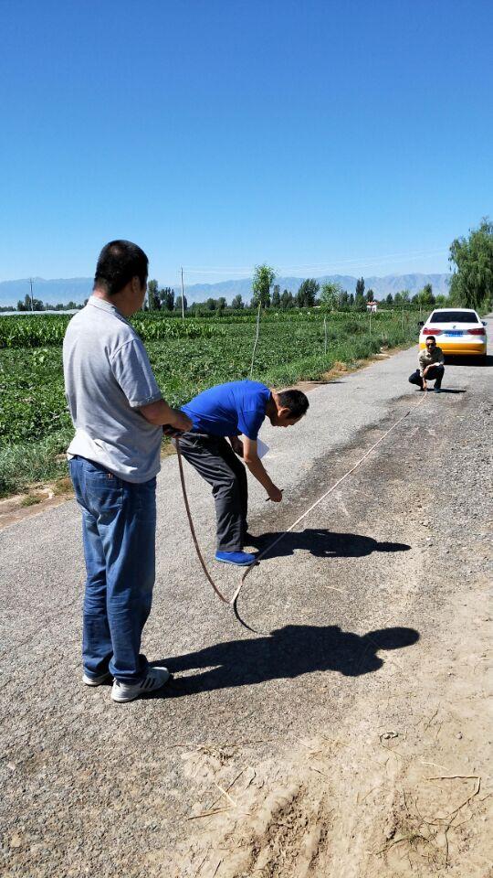 甘州区新墩镇积极配合区交通局开展破损道路测量工作