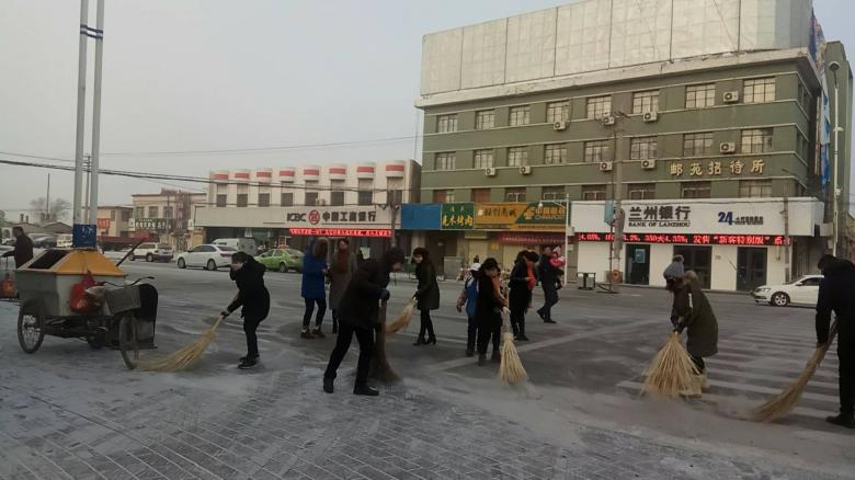 火车站街道清扫今冬第一场雪