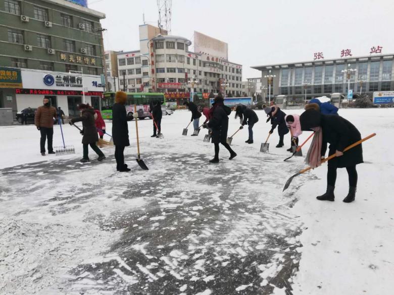 火车站街道组织开展铲雪除冰行动