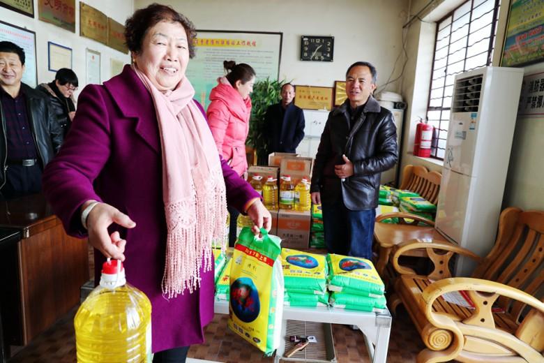 张掖经开区:159名失地农民喜领春节慰问品