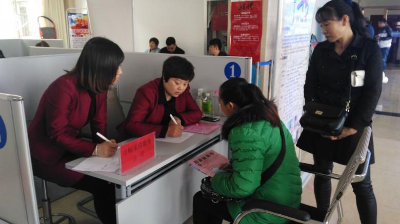 甘州区东街街道长沙门社区积极组织参加春季劳务输出招聘洽谈会