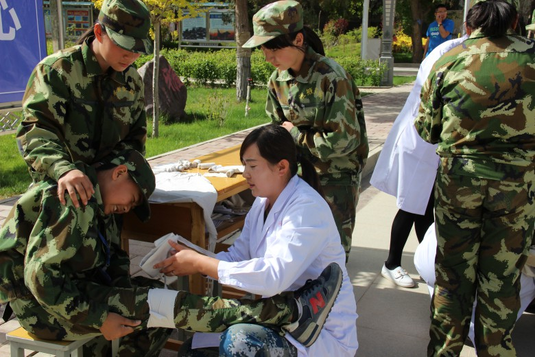 甘州区地震局组织张掖市综合实践学校 师生开展防震减灾应急疏散演练