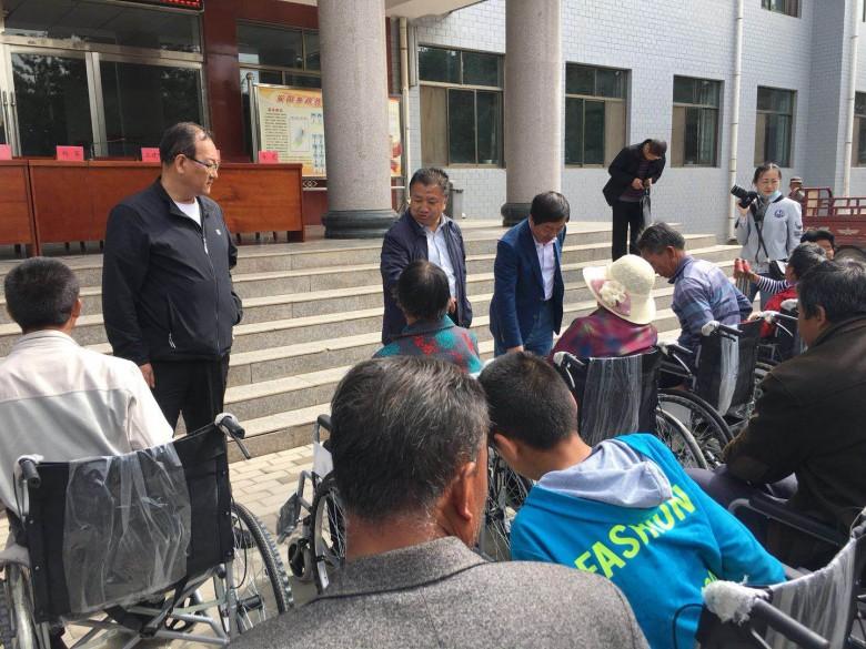 甘州区举办脱贫攻坚配发轮椅暨助残日活动