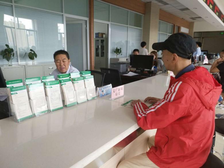 甘州区文广新局局长进驻大厅开展 助民服务