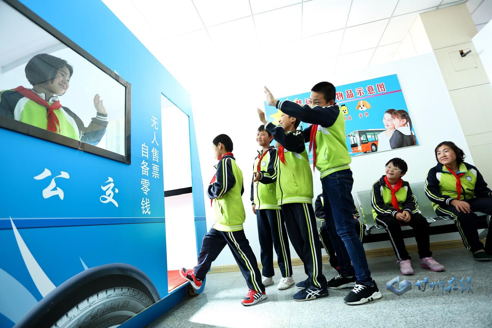 张掖:情景教室多彩体验 师生共迎教师节