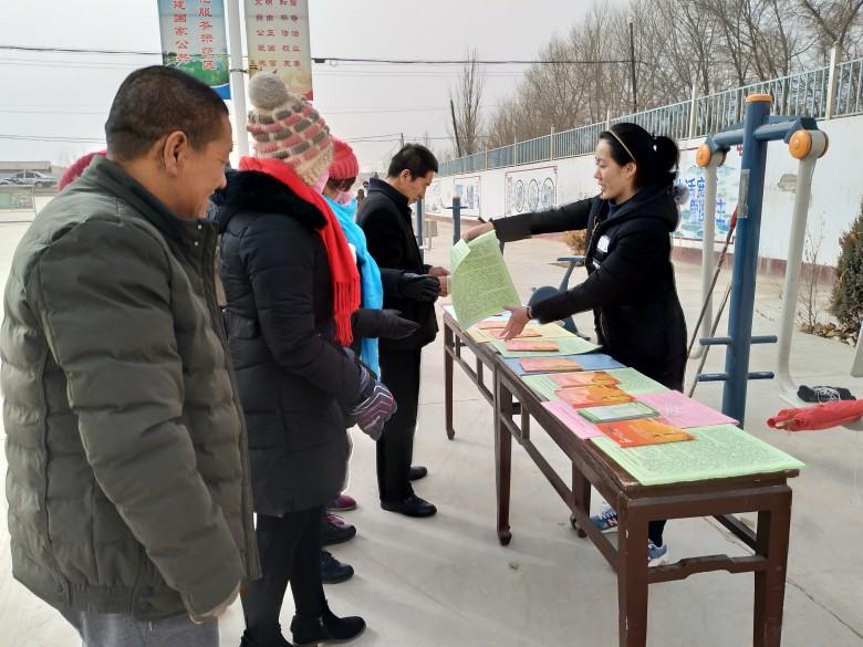 甘州区三闸镇:庆元旦环镇健步走 法制宣传在行动