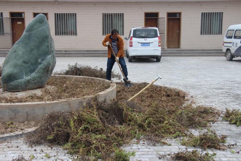 龙渠乡组织全体机关干部开展秋季义务劳动活动