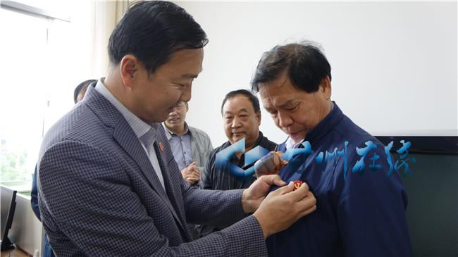 亮出身份 扛起责任——甘州区上秦镇为流动党员寄送党徽