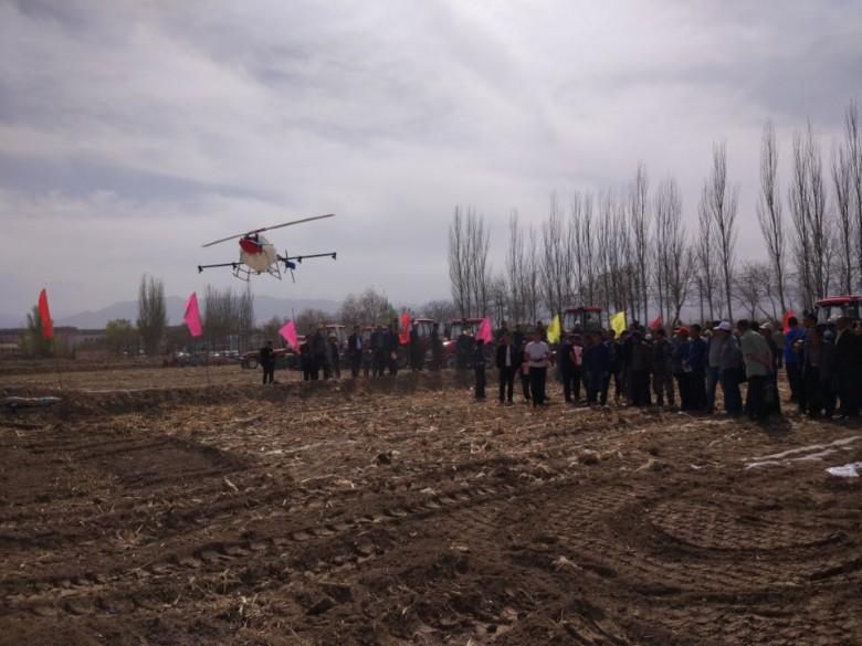 全区制种玉米全程机械化耕播技术现场  演示会在大满镇城西闸村召开