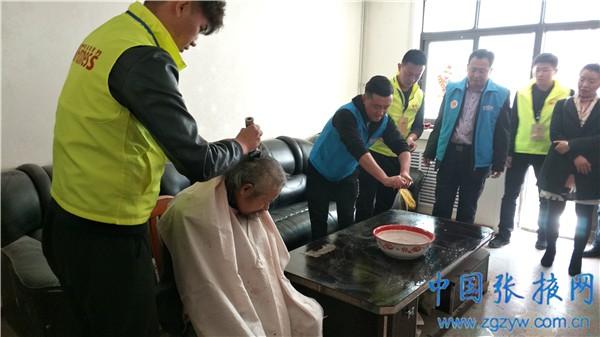 南街泰安社区开展志愿者慰问残疾人活动