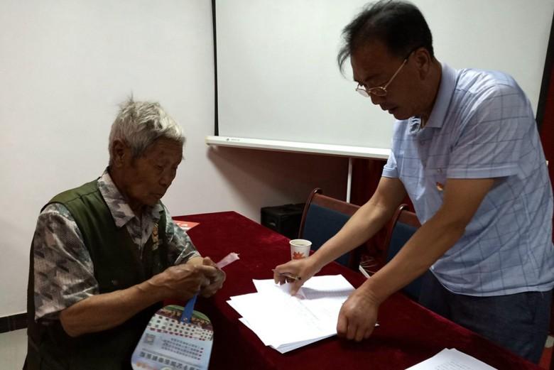 甘州区新墩镇为92名老党员发放生活补助30300元